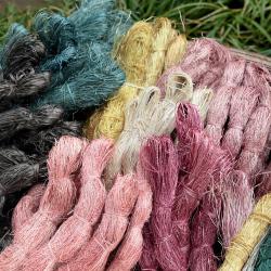 手織葛布のブローチ〈樹のいろ〉/大井川葛布(静岡県島田市)